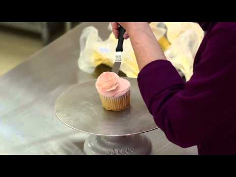 The White Flower Cake Shoppe: How to pipe a buttercream rose on a cupcake
