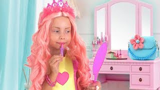 Alice pretend play in beauty salon with girl toys