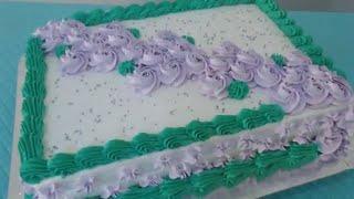 Bolo Com Flores De Chantilly Lilás E Detalhes Verde