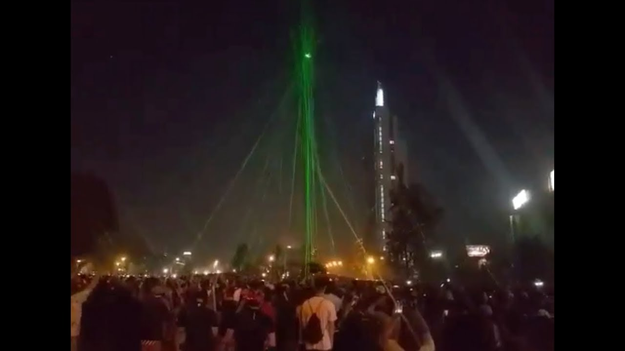 Chile: Protesters bring down a police drone using dozens of laser pointers ⚠️ Flashlight Warning ⚠️