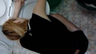 Khi con gái say(công chúa ngủ trong bồn cầu)