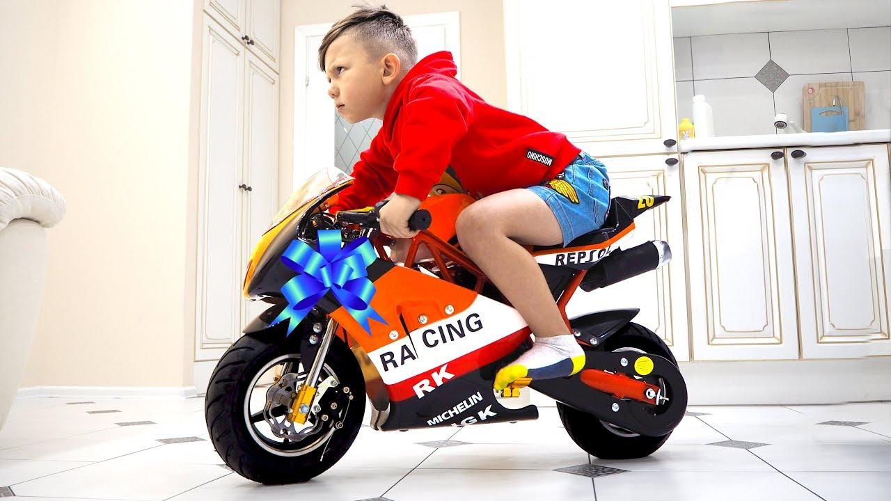 تختار سينيا مهنة رجل الشرطة وتشتري دراجة رياضية صغيرة جديدة