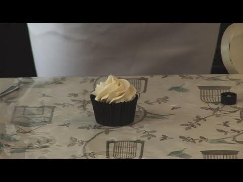 How To Do Almond Frosting On Cupcakes