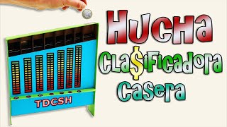 """SUSCRÍBETE!: http://goo.gl/CNeicz En este vídeo de TDCSH te vamos a enseñar a fabricar una increíble hucha clasificadora, introduce tus monedas y su mecanismo las clasificara automáticamente por su tamaño. Una manualidad muy original hecha completamente con materiales reciclados. PLANTILLA DE LA HUCHA: http://www.tedigocomosehace.com/download/plantillas-para-la-hucha-clasificadora/ SÍGUENOS EN: Twitter: https://twitter.com/#!/TDCSH Facebook: https://www.facebook.com/TeDigoComoSeHace Google+: https://plus.google.com/+TeDigoComoSeHacevideos Instagram: http://instagram.com/tdcsh  Suscríbete a Nuestros """"Canales Personales"""" Para No Perderte Nada. Fernando: http://www.youtube.com/user/FernandoTDCSH Juan: http://www.youtube.com/user/JuanTDCSH Pablo: http://www.youtube.com/user/PabloTDCSH  Participa con tus vídeos en """"Te Digo Cómo Me Sale"""": http://www.youtube.com/watch?v=mOuqQykcmq4"""