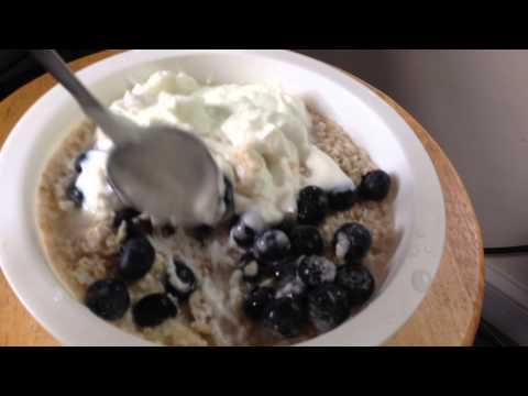 Chobani Greek Yogurt + Oatmeal / Quick & Easy Breakfast
