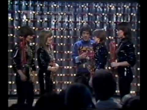 The Nolans - Gotta Pull Myself Together (1981)