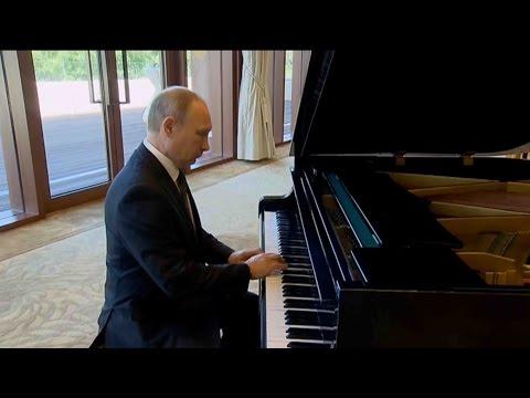 Putin surprises with impromptu piano performance in Beijing