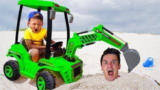 Download Сеня и Папа Сонные Играют c Трактором в Песке Видео Для детей Video