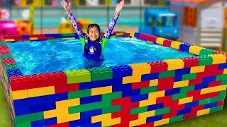 Jannie Teaches Ellie How to Swim in the Kids Pool and Plays with Fun Water Toys