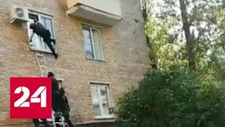 Download Полицейский сорвался с высоты во время штурма квартиры - Россия 24 Video