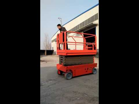 Fully self propelled scissor lift driving