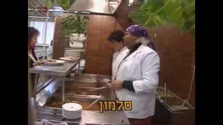 יצפאן - עיראקית מחלקת מזון לעובדי הטלויזיה