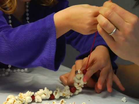 How to Make a Popcorn-Cranberry Garland for Your Christmas Tree