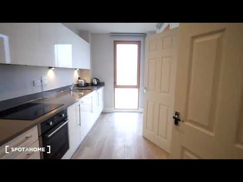 Rooms to rent in 4-bedroom flatshare in Aberfeldy Village - Spotahome (ref 204165)