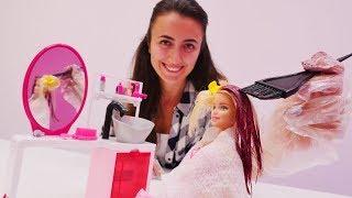 Download Barbie Sevcan'nın kuaföründe saçını boyatıyor. Kız oyunları Video