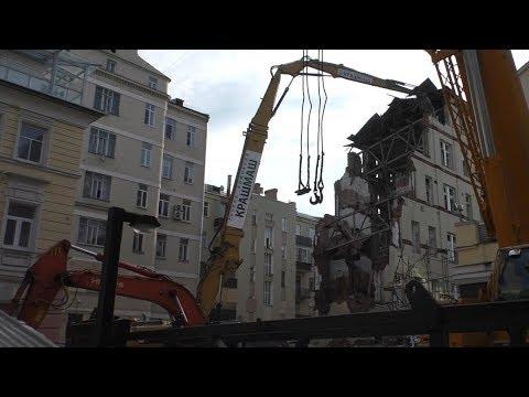 Cat 390D Kocurek TUHD - снос частично обрушившегося здания в Пушкаревом переулке в центре Москвы