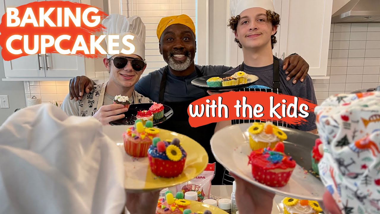 TEENS BAKING AND DECORATING CUPCAKES   WILL IT BE A DISASTER?!
