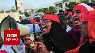 Why so many Somalis are wearing red bandanas - BBC News