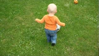 21 Monate altes Kleinkind spielt Fussball mit toller Ballführung