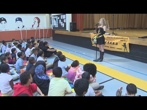 Motivational speaker with brain cancer talks to students