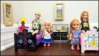 HOTEL ! Elsa & Anna toddlers relax and play - room service - lunch - bath - vacation - adventure