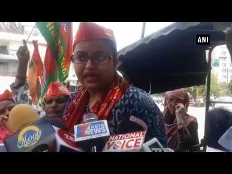 Fuel price hike: SP women workers show their aggression by riding rickshaw