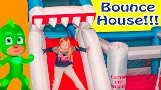 SHARK BOUNCE HOUSE Assistant Ball Pit Surprise with PJ MASKS Tvs Video