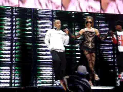 Spice Girls - Victoria Solo Catwalk Live 02 12/1/08
