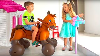 Diana y Roma juegan con un caballo de juguete