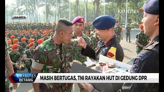 Masih Bertugas, Anggota Polri Berikan Kejutan Untuk TNI di Gedung DPR