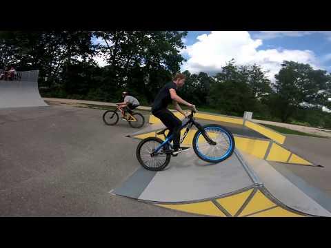 Dirt jump on Skatepark  ( Dartmoor two 6 Player , Ghost 7005 PG )