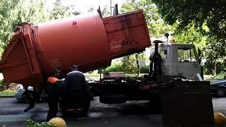Подборка мусоровозов. Как мусоровозы забирают мусор.
