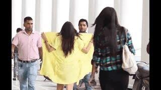 सड़क पर लड़कों के सामने लड़की ने उतार दिया अपना गाउन Video वायरल.