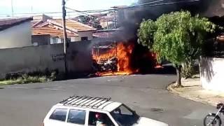 Vídeo mostra ônibus sendo destruído pelas chamas em Botucatu