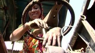 ইঙ্গিনিয়ার আপা আঙ্গুরা বেগম। বাংলাদেশের প্রথম মহিলা মেকানিক (Female Mechanic)