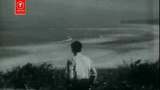 जिथे सागरा धरणी मिळते  तिथे तुझी मी वाट पाहाते
