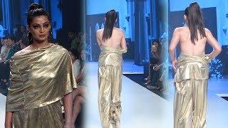 Ramp Walk करती मॉडल का ड्रेस गिरा निचे ..आगे जो हुआ देखकर हो जाओगे दंग