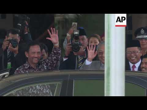Malaysian PM welcomes Sultan of Brunei at Perdana Leadership Foundation
