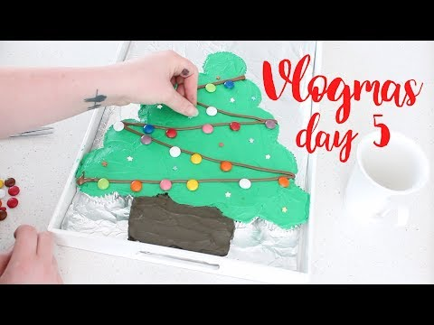 Christmas tree pull apart cupcake cake!  | Vlogmas day 5