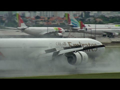 Emirates 777 landing & quick runway exit (LIS)