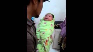 Bayi terharu saat di adzan