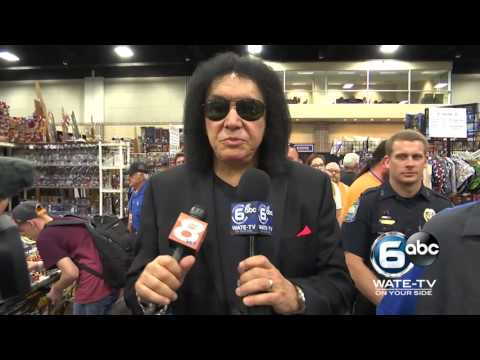 Gene Simmons reports for Knoxville news station at Fanboy Expo