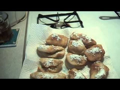 Cooking fried apple fritters !