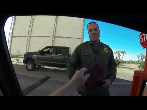 Checkpoint - Wo ist Mexico? U.S. Border Patrol Agent inspects German Passport