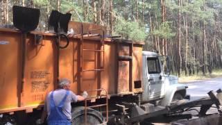 Мусоровоз ГАЗ загружает контейнеры, с мусором, объемом 0,8 куб.м в Калуге