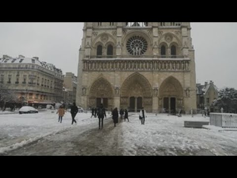 El Louvre y Notre Dame se cubren de nieve
