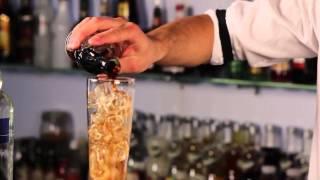 Dziś Za Barem przygotujemy legendarny koktajl, który po raz pierwszy został podany pod koniec lat siedemdziesiątych XX wieku W USA przez Roberta Buttsa. Jak mówi Adrian, koktajl jest wyjątkowo smacznym i mocnym napojem.  Składniki: 20ml Wódka Wyborowa 20ml Havana Club 3 Anos 20ml Seagram