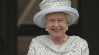 Queen and Royal party appear on Buckingham Palace balcony