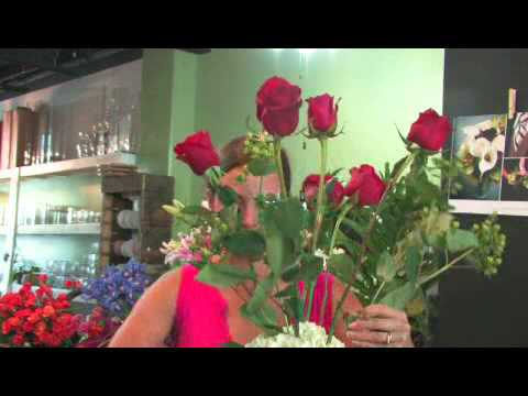 How to Make a Flower Arrangement With Red Roses