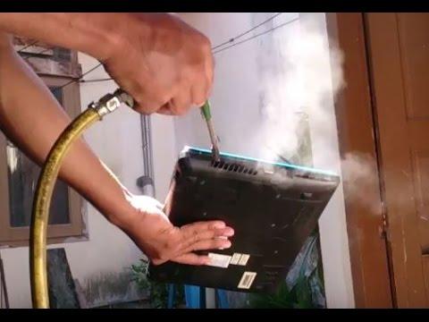 Membersihkan debu laptop menggunakan kompresor